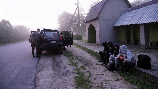 Литовские пограничники задерживают мигрантов на литовско-белорусской границе в Калвяе
