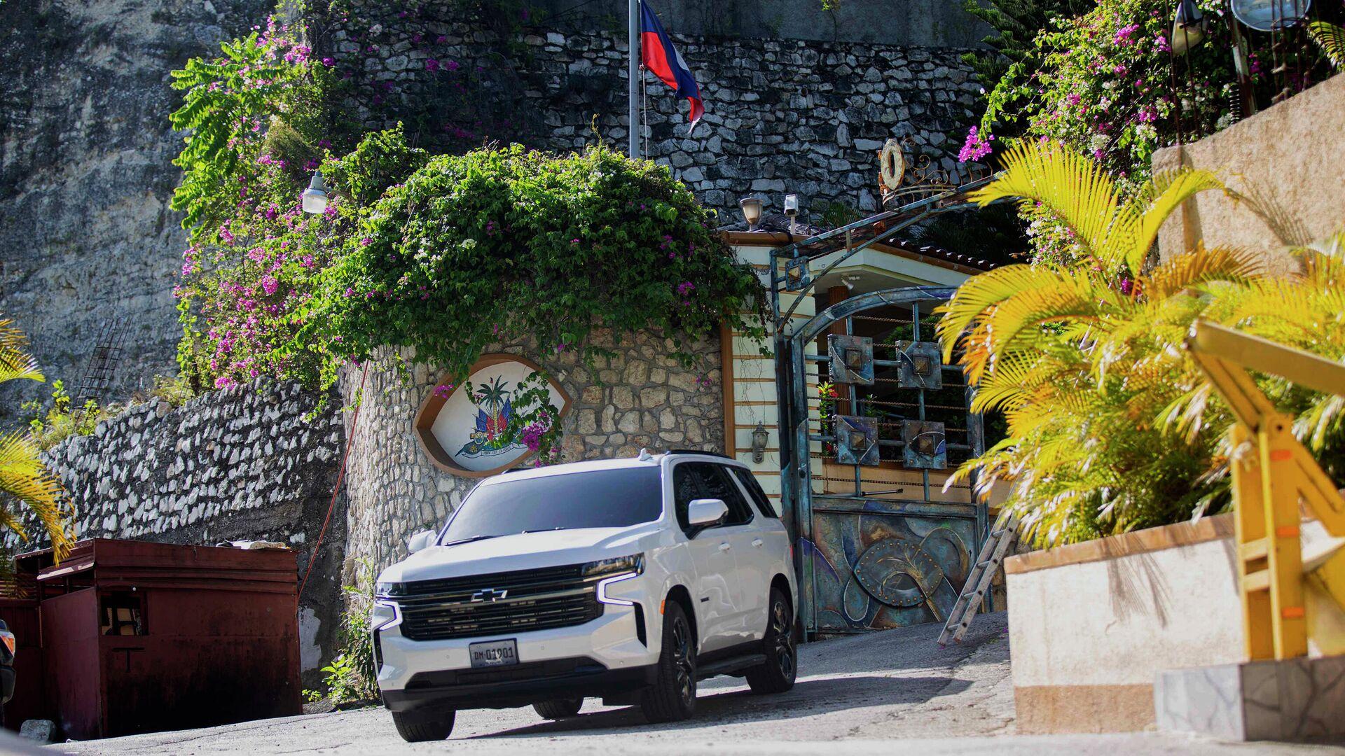 Автомобиль выезжает из резиденции покойного президента Гаити Жовенеля Моиса в Порт-о-Пренсе - РИА Новости, 1920, 08.07.2021