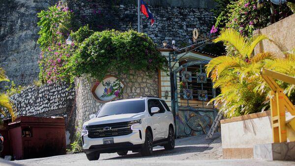 Автомобиль выезжает из резиденции покойного президента Гаити Жовенеля Моиса в Порт-о-Пренсе