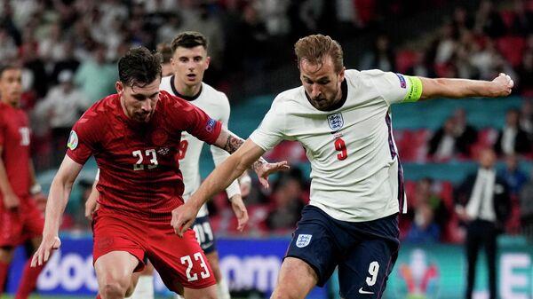 Soccer Football - Euro 2020 - Semi Final - England v Denmark - Wembley Stadium, London, Britain - July 7, 2021 England's Harry Kane in action with Denmark's Pierre-Emile Hojbjerg Pool via REUTERS/Frank Augstein