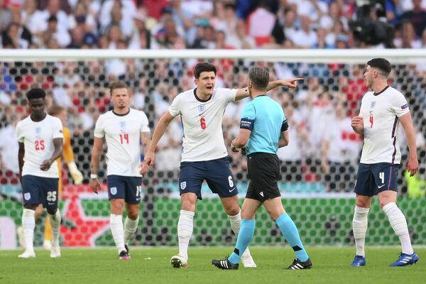 Футболисты сборной Англии и главный арбитр матча Данни Маккели