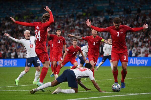 Игровой момент матча Англия - Дания