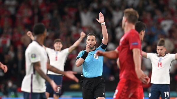 Арбитр Данни Маккели во время матча Англия - Дания.