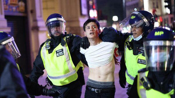 Полиция Лондона задерживает болельщика после матча Англия - Дания