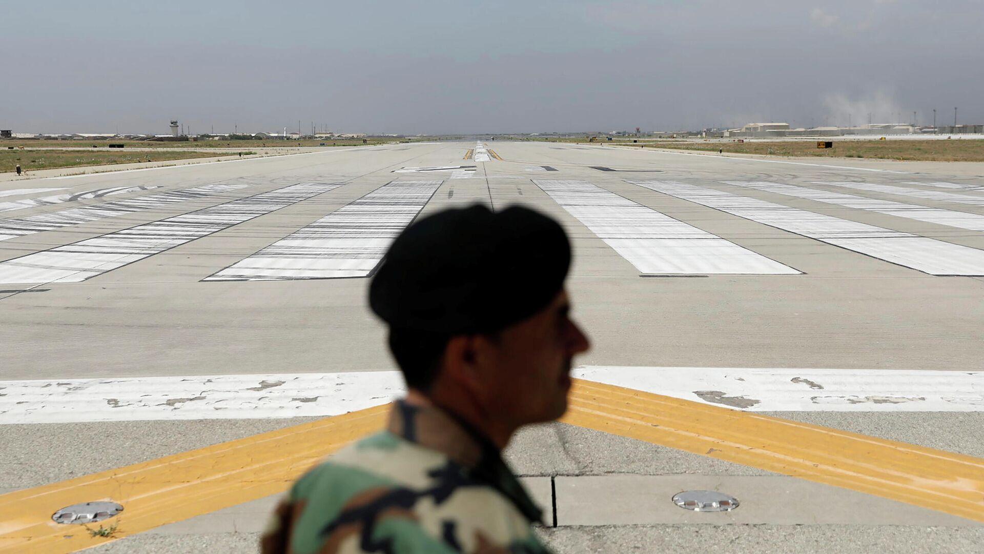 Взлетно-посадочная полоса на американской авиабазе Баграм в Афганистане, опустевшая после вывода американских войск - РИА Новости, 1920, 08.07.2021