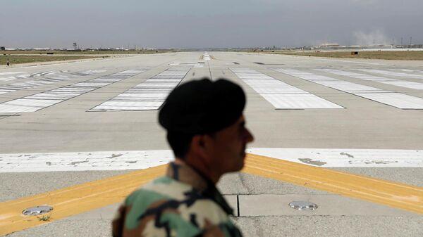 Взлетно-посадочная полоса на американской авиабазе Баграм в Афганистане, опустевшая после вывода американских войск