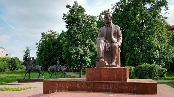 Памятник писателю Михаилу Шолохову в московском районе Кузьминки