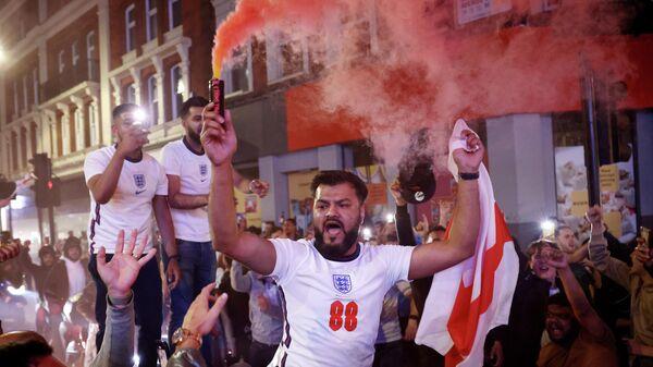 Английские фанаты празднуют победу над командой Дании
