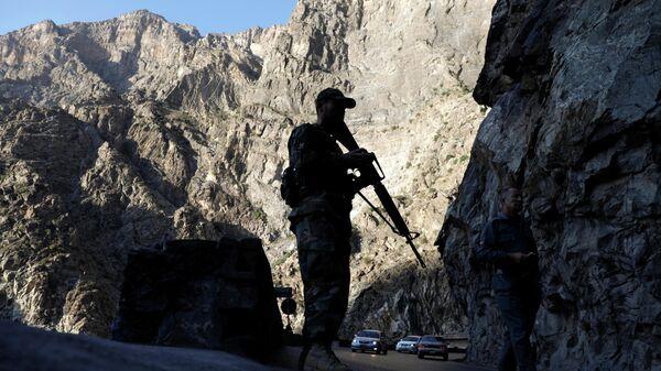 Афганский военный на блокпосту в Махипаре на шоссе Джелалабад-Кабул