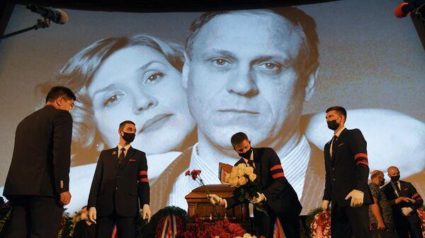 На церемонии прощания с актером и режиссером Владимиром Меньшовым в Центральном доме кинематографистов (Доме кино) в Москве