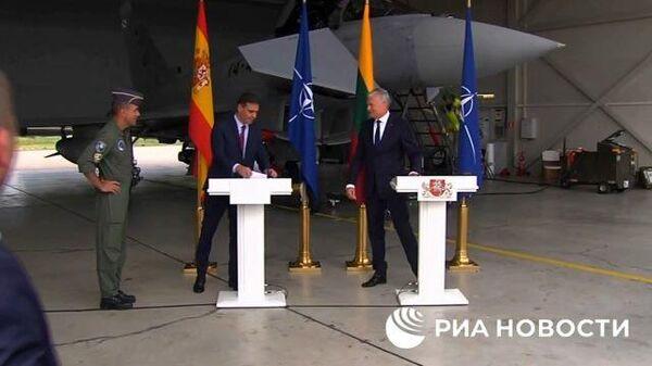 Пресс-конференцию лидеров Испании и Литвы прервали по тревоге из-за российского самолета