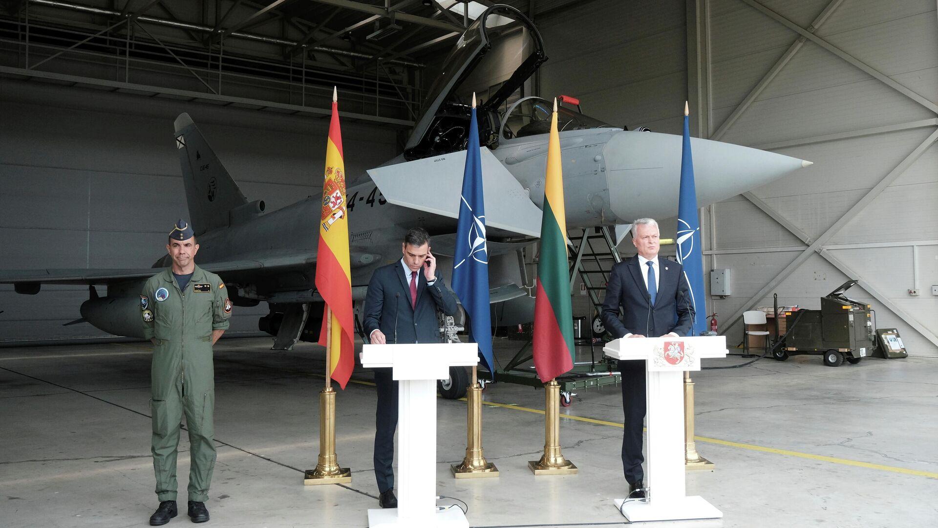 Пресс-конференция премьера Испании Педро Санчеса и президента Литвы Гитанаса Науседы на базе НАТО в литовском городе Шяуляй - РИА Новости, 1920, 08.07.2021