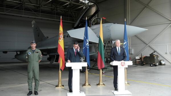 Пресс-конференция премьера Испании Педро Санчеса и президента Литвы Гитанаса Науседы на базе НАТО в литовском городе Шяуляй