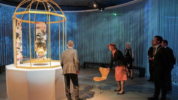 Королева Дании Маргрет смотрит на экспонаты во время открытия нового музея Ганса Христиана Андерсена в Оденсе