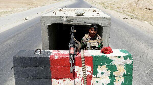 Военнослужащий афганской национальной армии на блокпосту возле авиабазы Баграм