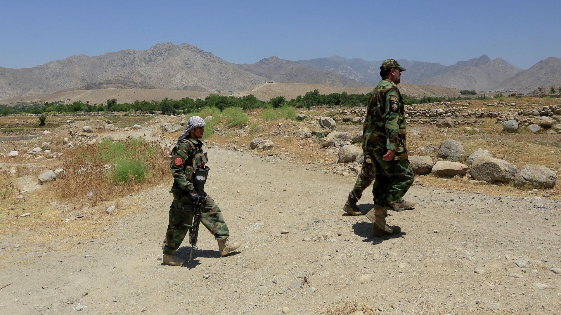 Военнослужащие Афганской национальной армии патрулируют территорию возле контрольно-пропускного пункта, отбитого у талибов, в провинции Лагман - РИА Новости, 1920, 04.08.2021