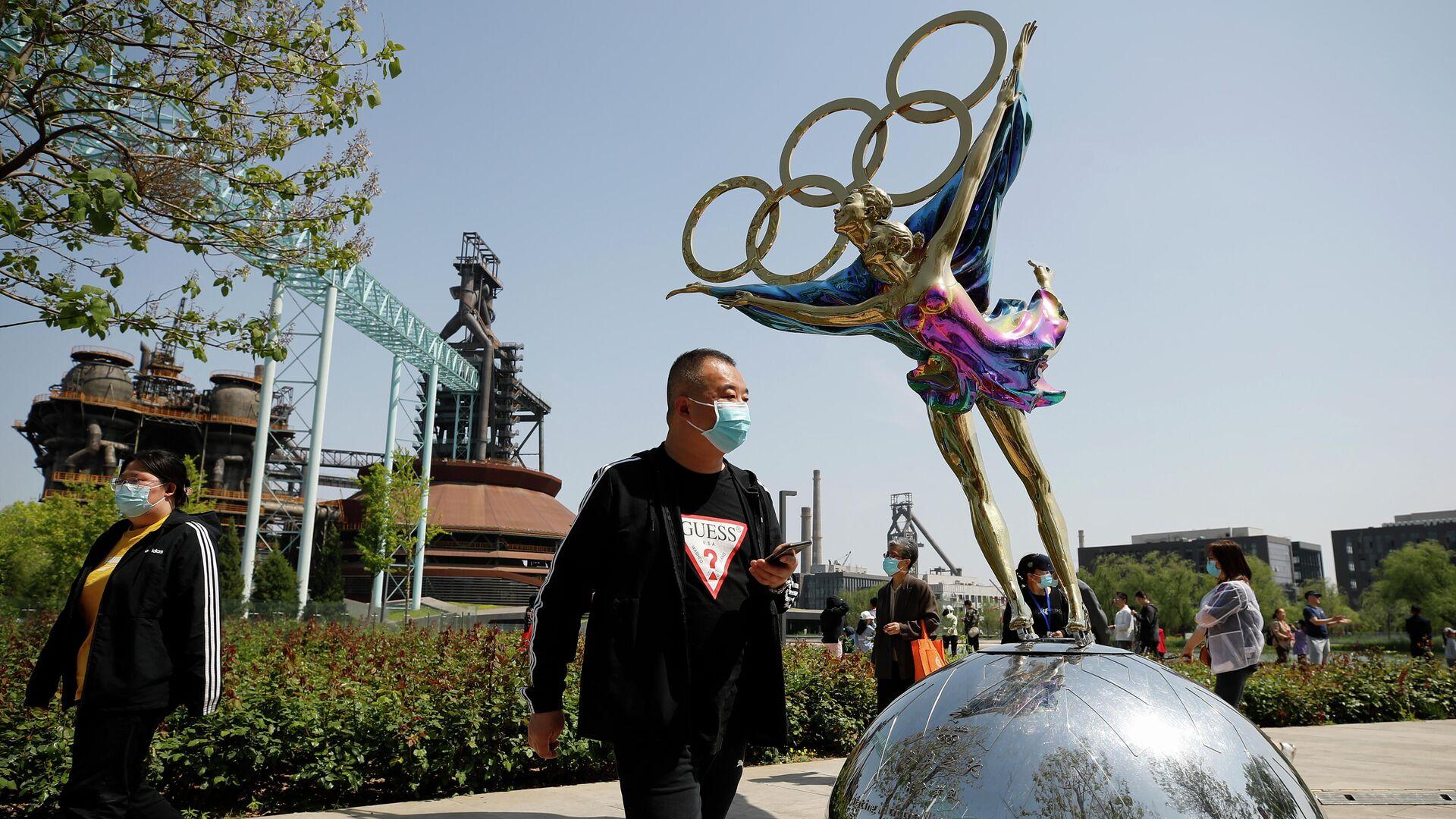 Посетители в защитных масках в парке Шуганг в Пекине - РИА Новости, 1920, 19.07.2021