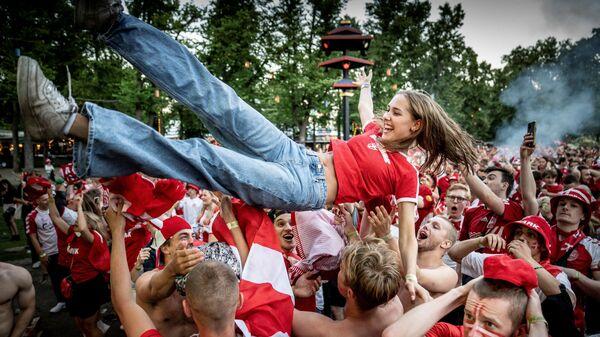 Датские болельщики радуются забитому голу во время просмотра футбольного матча ЕВРО-2020 между Англией и Данией