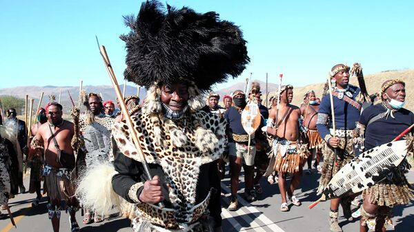 Сторонники бывшего президента Джейкоба Зумы возле его дома в Нкандле