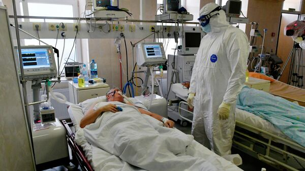 Врач и пациент в реанимации госпиталя для лечения больных Covid-19 в Краснодаре