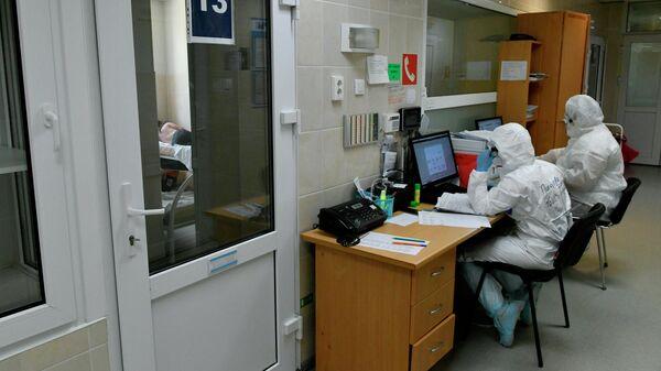 Медики дежурят у палаты в госпитале для лечения больных Covid-19 в Краснодаре