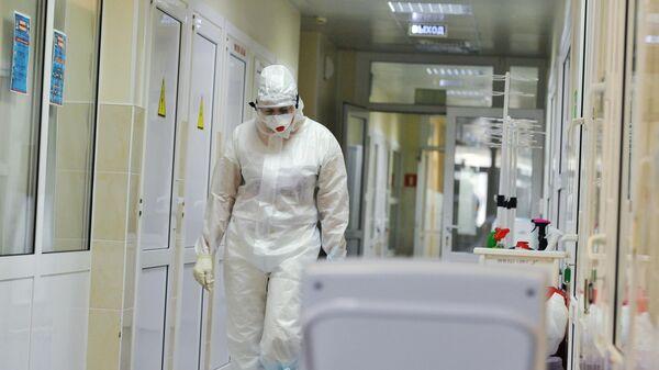 Медик идет по коридору госпиталя для лечения больных Covid-19 в Краснодаре