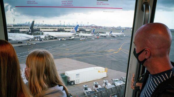 Пассажиры в аэропорту Ньюарка, США