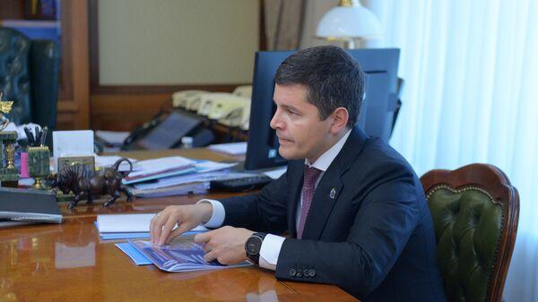 Дмитрий Артюхов во время встречи с заместителем председателя правительства РФ Александром Новаком в Доме правительства РФ