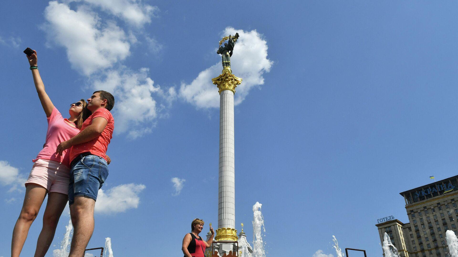 Пара фотографируется на площади Независимости в Киеве - РИА Новости, 1920, 10.07.2021