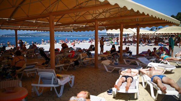 Отдыхающие на территории пляжа санатория Красная Талка в Геледжике