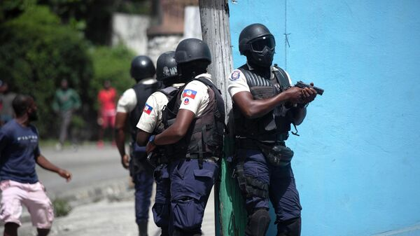 Сотрудники полиции на улице Порт-О-Пренса, Гаити