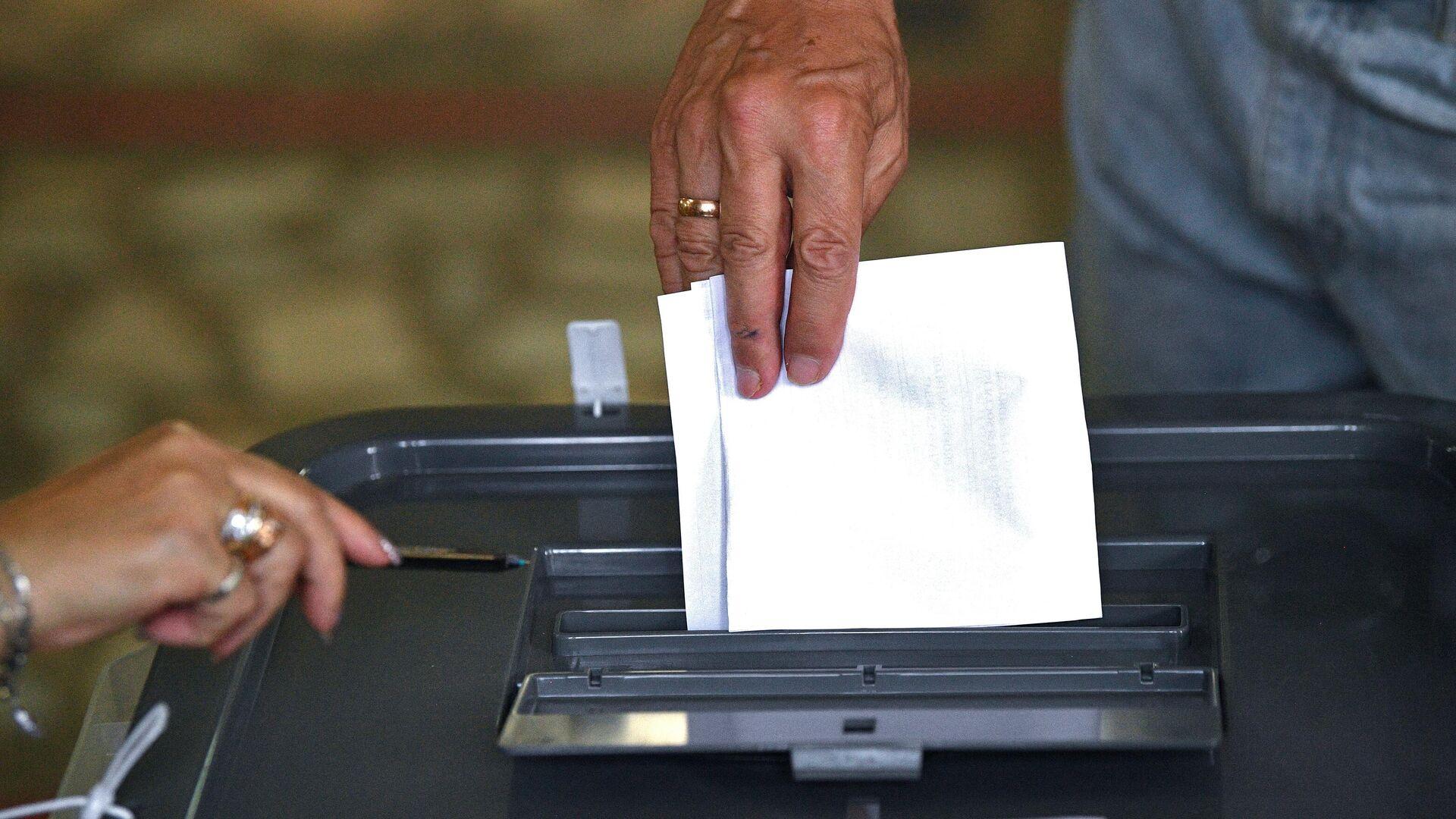 Мужчина голосует на избирательном участке в Кишиневе во время досрочных парламентских выборов в Молдавии - РИА Новости, 1920, 11.07.2021
