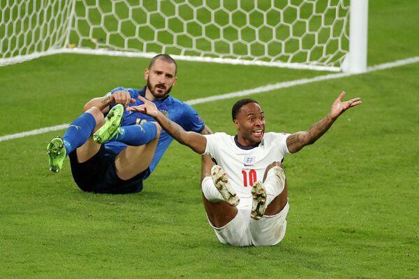 Защитник сборной Италии Леонардо Бонуччи (в центре) и нападающий сборной Англии Рахим Стерлинг