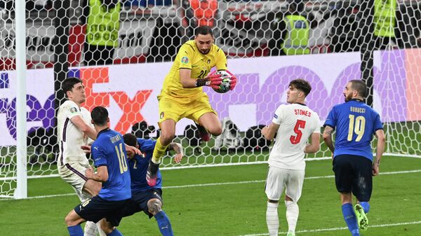 Вратарь сборной Италии Джанлуиджи Доннарумма (в центре)