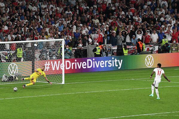Вратарь сборной Италии Джанлуиджи Доннарумма и нападающий сборной Англии Маркус Рэшфорд