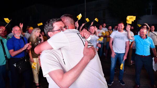 Генеральный секретарь партии Действие и Солидарность (ПДС) Игорь Гросу со сторонниками во время объявления результатов досрочных парламентских выборов в Молдавии
