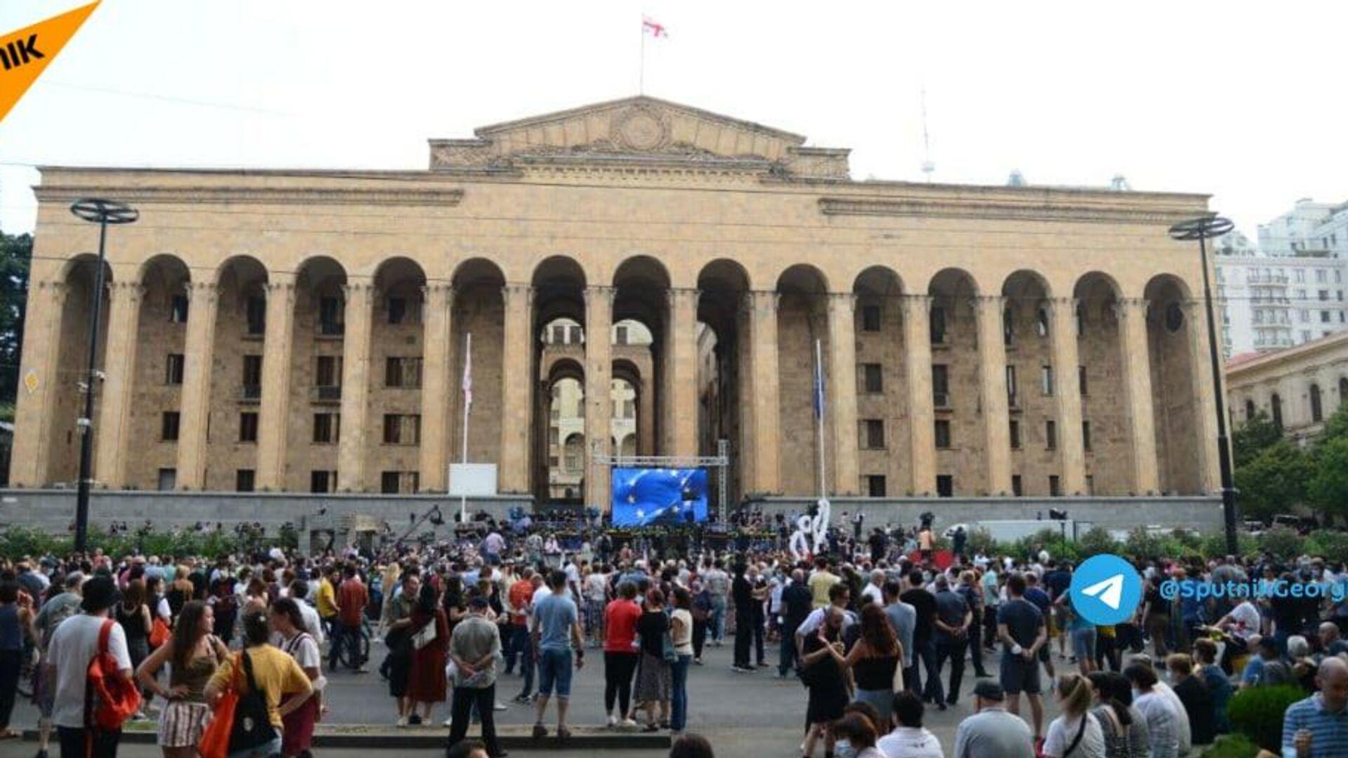 Участники акции протеста у здания парламента в Тбилиси, Грузия - РИА Новости, 1920, 16.07.2021
