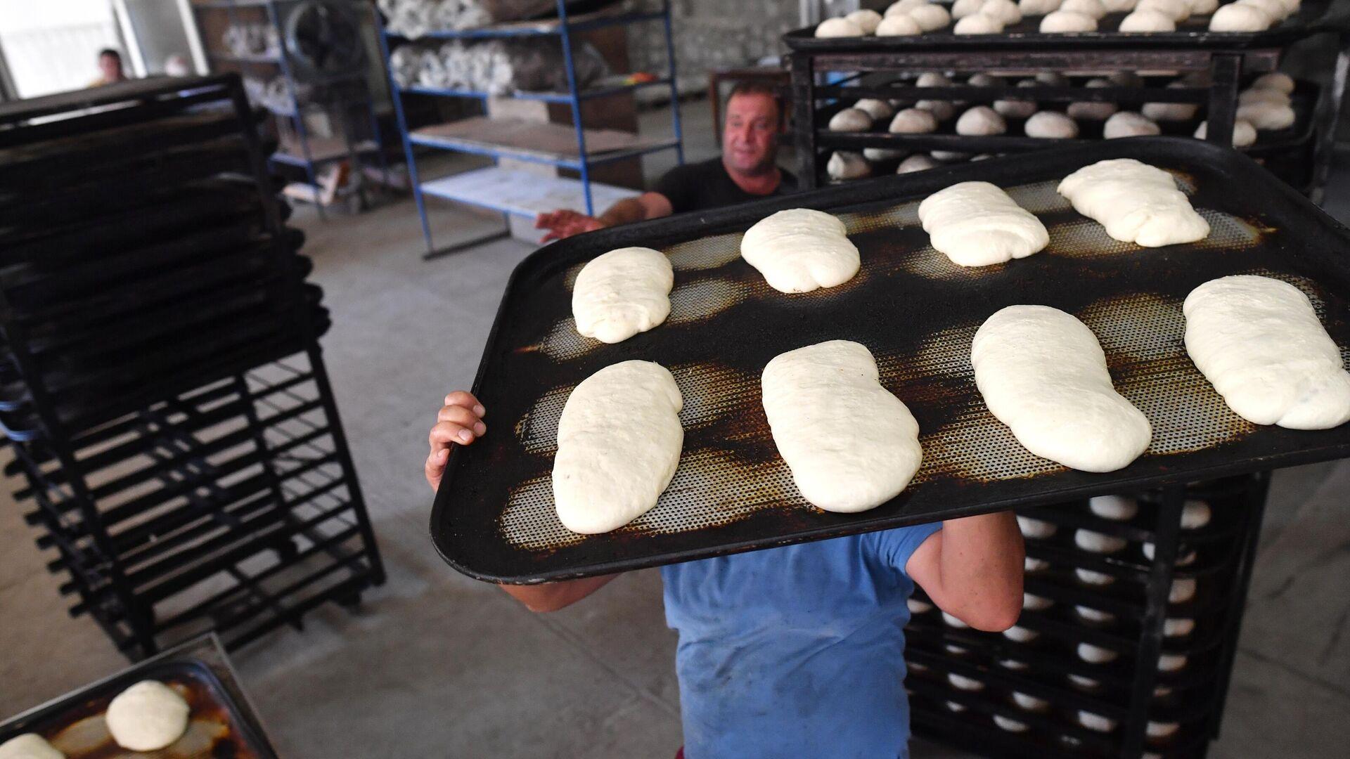 Производство хлеба в одной из пекарен в городе Шуша - РИА Новости, 1920, 20.07.2021