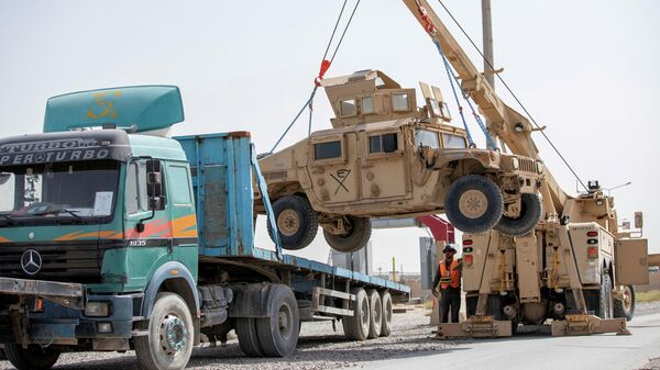Погрузка военных автомобилей HUMV во время подготовки к выводу войск США из Афганистана в Кандагаре
