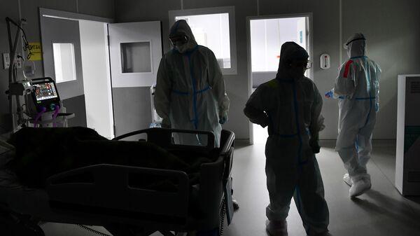 Медицинские работники во временном госпитале для пациентов с COVID-19 в конгрессно-выставочном центре Сокольники в Москве