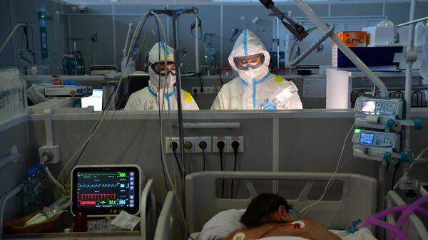 Отделение реанимации во временном госпитале для пациентов с COVID-19 в конгрессно-выставочном центре Сокольники в Москве
