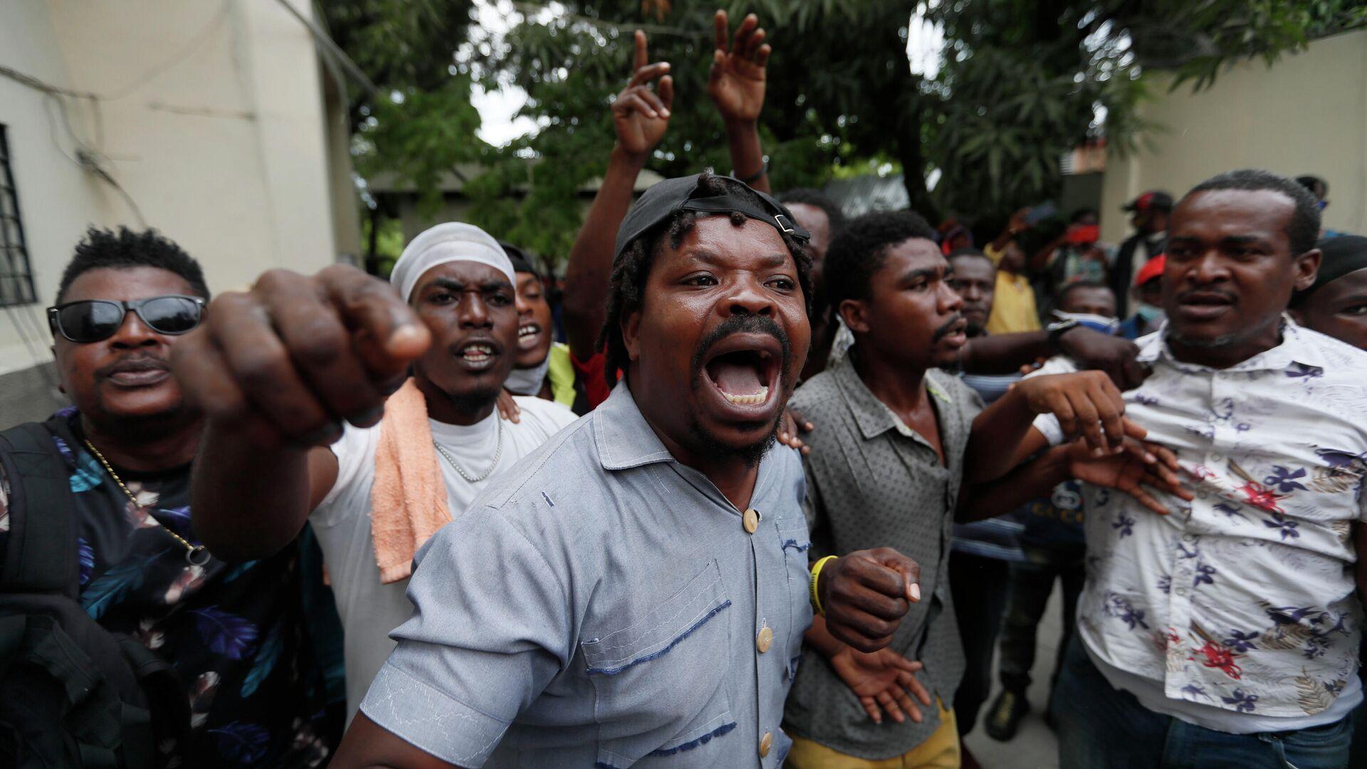 Сторонники бывшего сенатора Гаити Стивена Бенуа выступают перед зданием суда Порт-о-Пренсе - РИА Новости, 1920, 24.09.2021