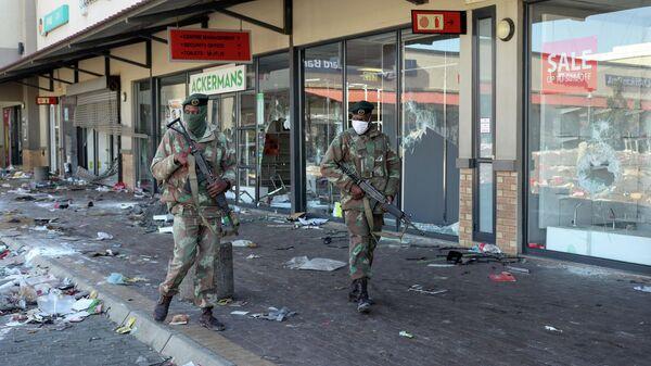 Военные на улице Соуэто в ЮАР после беспорядков