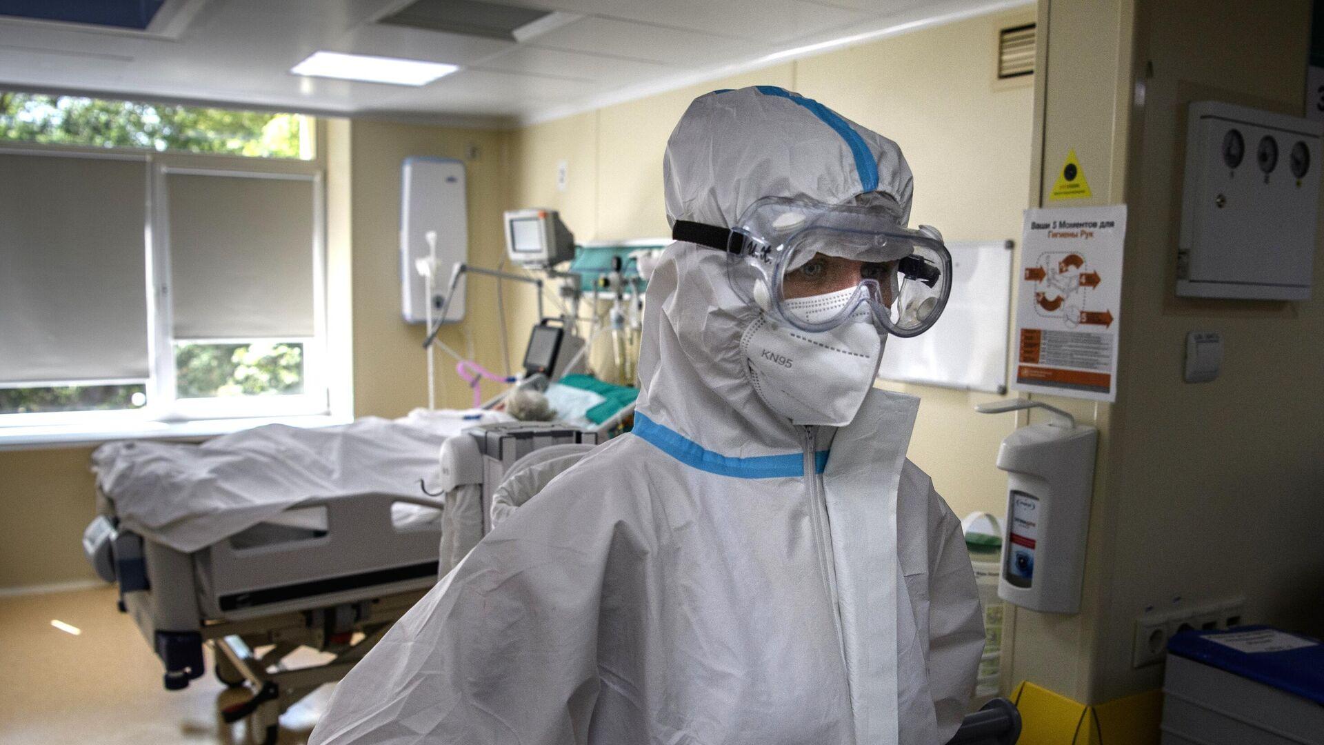 Медицинский работник в отделении реанимации и интенсивной терапии в госпитале COVID-19 в городской клинической больнице No 52 в Москве - РИА Новости, 1920, 21.07.2021