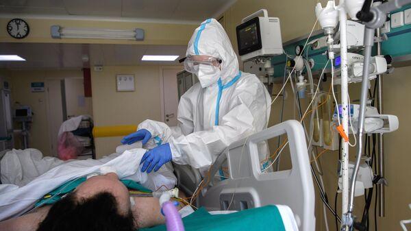 Медицинский работник в отделении реанимации и интенсивной терапии в госпитале COVID-19 в городской клинической больнице No 52