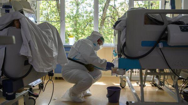 Медицинский работник в отделении реанимации