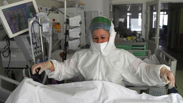 Медицинский работник в отделении реанимации и интенсивной терапии в госпитале COVID-19 в городской клинической больнице № 52 в Москве