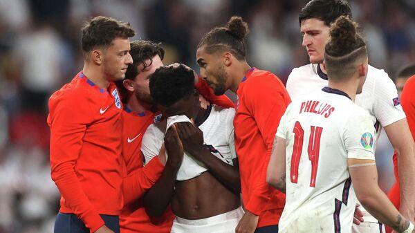 Футболисты сборной Англии утешают Букайо Саку после незабитого пенальти