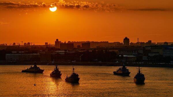 Первая репетиция прохождения по Неве кораблей ко Дню ВМФ в Cанкт-Петербурге