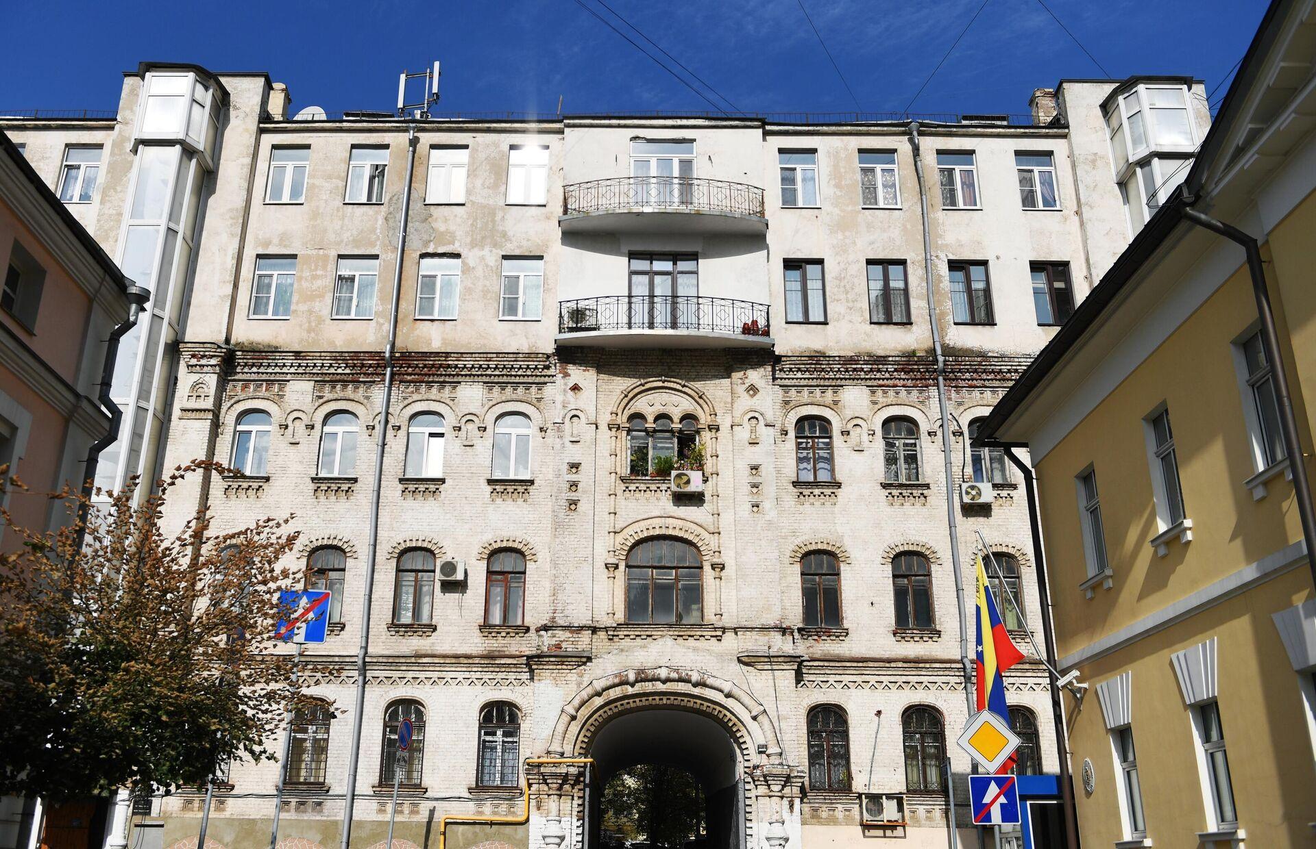Фасад многоквартирного дома во 2-м Троицком переулке, 6 в Москве - РИА Новости, 1920, 14.07.2021